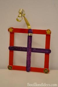 DIY déco sapin Noël bâtonnet de bois ou glace : cadeau à suspendre