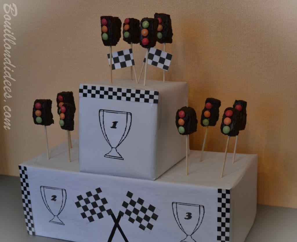 Un anniversaire sur le thème de Cars & des courses de voiture - brochettes de gâteaux feu tricolores