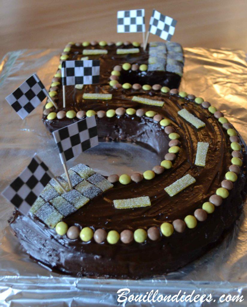 Un anniversaire sur le thème de Cars & des courses de voiture - gâteau chiffre 5 piste de course