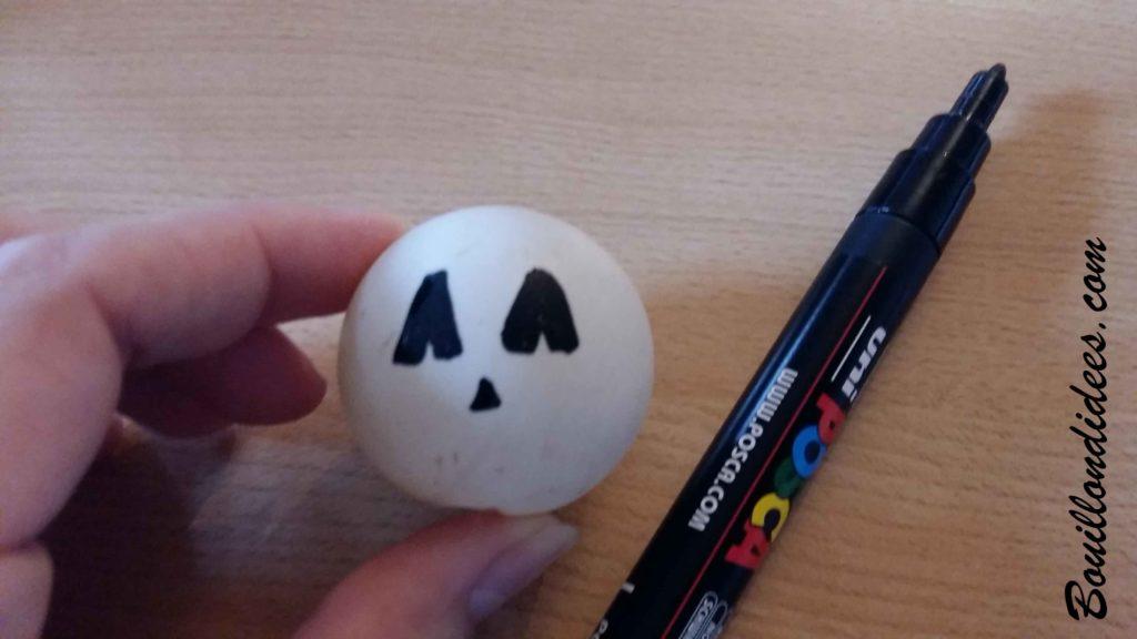 Fabriquer des monstres lumineux pour Halloween avec des balles de ping-pong avec marquer noir