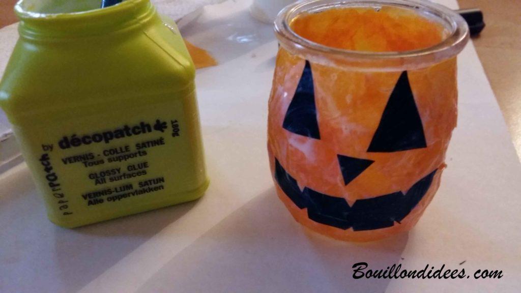 Fabriquer des monstres lumineux pour Halloween avec des verres papier voir et vernis colle