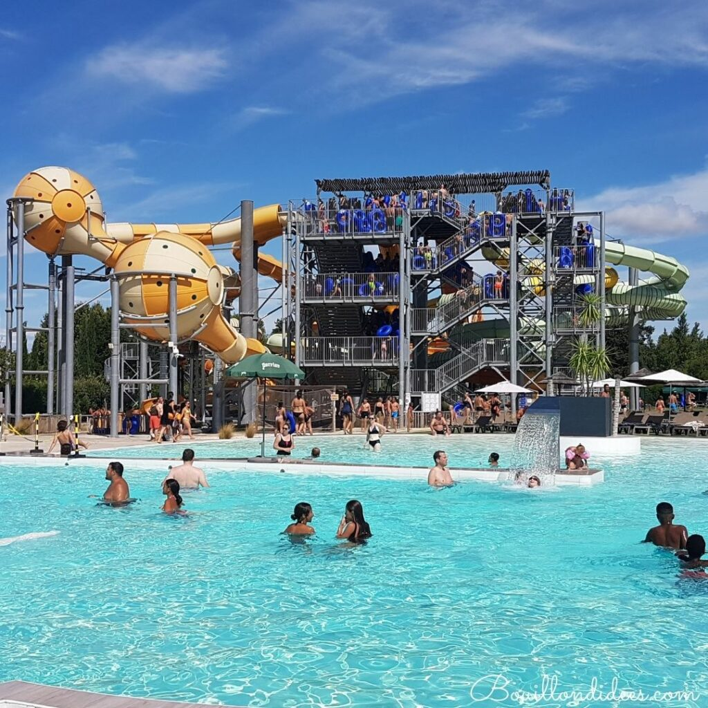 Wave Island, le parc aquatique de Provence à faire en famille  : toboggan à bouées et baie des sirènes