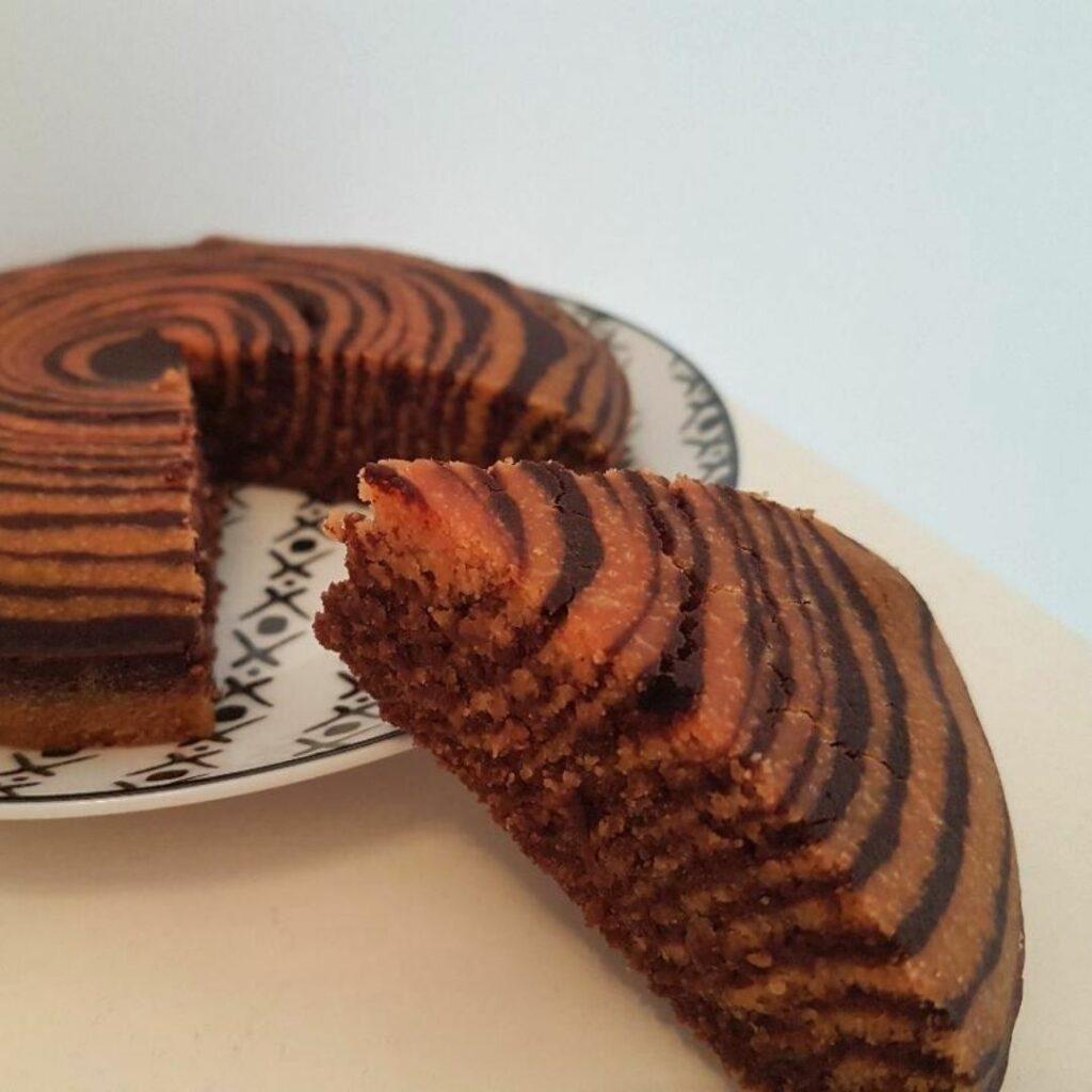un gâteau zébré aux couleurs d'Halloween sans gluten sans lait sans œuf